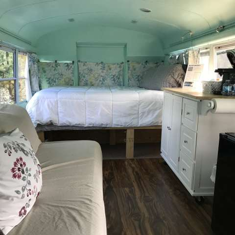 Backyard Bus - Unique Glamping