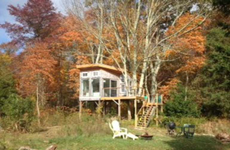 "Tree house with queen bed and futon couch and woodstove for year-round off the grid ""Glamping"""