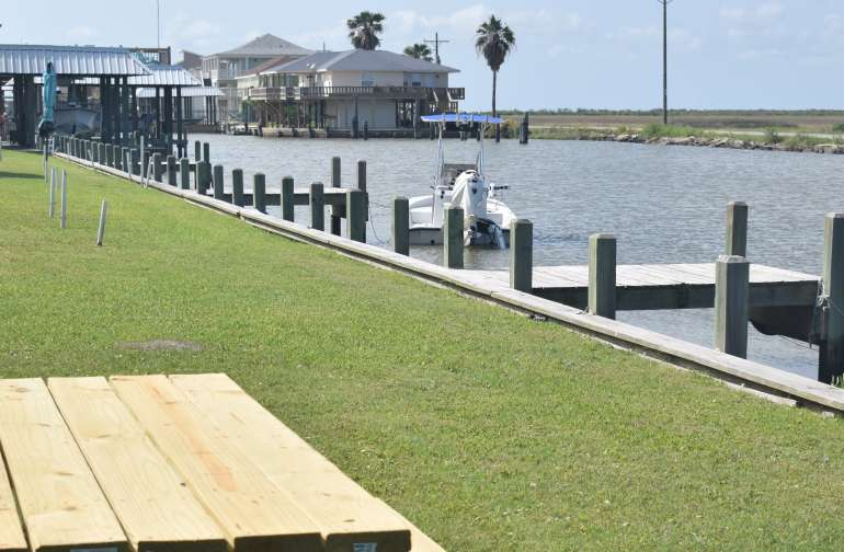 RV sits on the waterfront with 3 fishing piers to use!