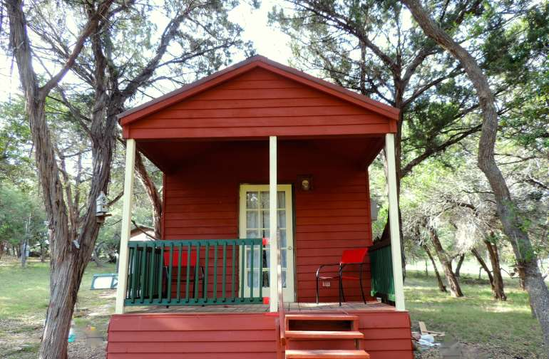 Adorable romantic cabin in the woods, to camp with all the creature comforts!