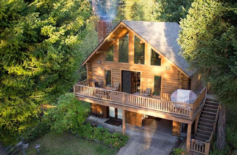 Cozy log home tucked in the woods with lake front access