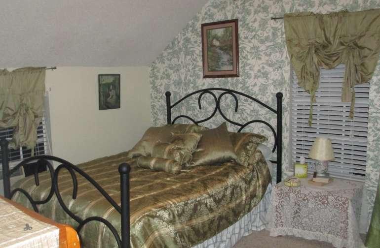 Aloha Room  Queen bed