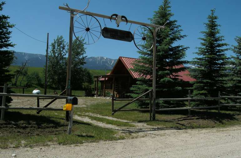 Open the gate, come on in and enjoy the peaceful quiet with stunning mountain views!
